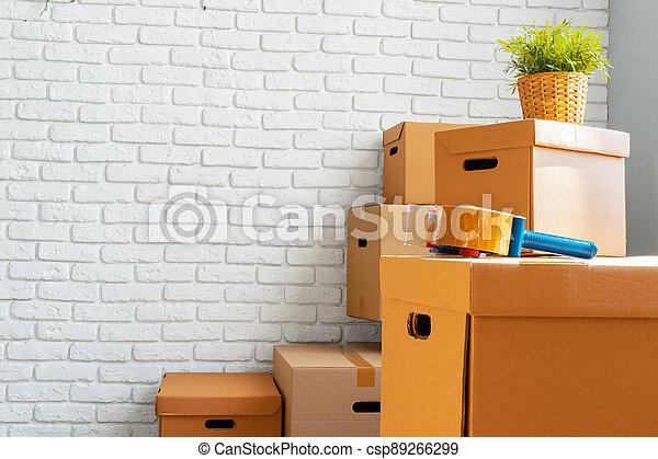 gripande, nära, kartong, rum, rutor, uppe, tom - csp89266299