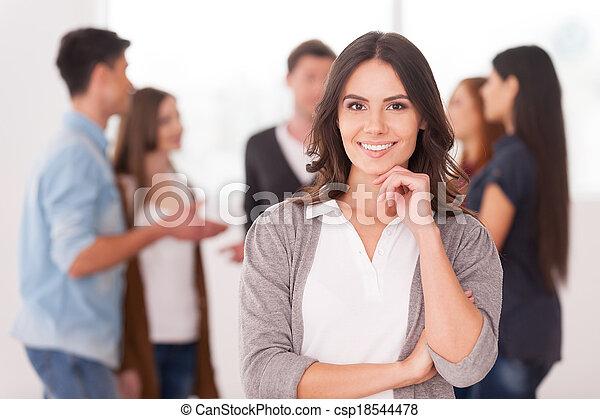 kvinna, grupp, holdingen, meddela, folk, ung, hand, tillitsfull, medan, haka, hon, bakgrund, lag, leader., le - csp18544478