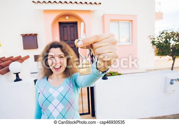 kvinna, stämm, hus, ung, färsk, främre del, hem, lycklig - csp46930535